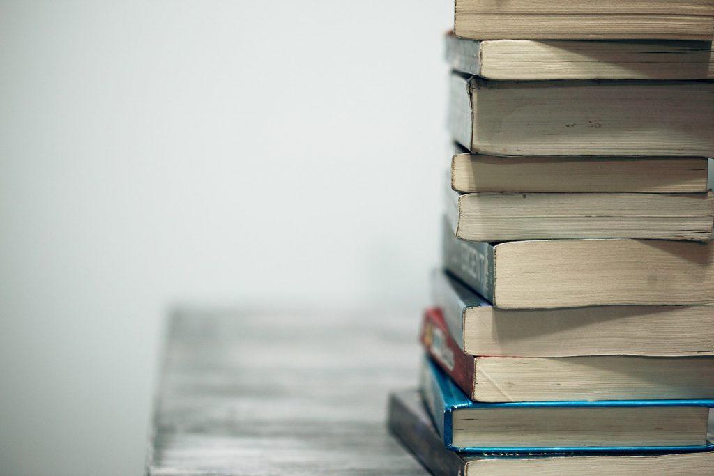 Bücher auf Tisch, Lernen als Soft Skill für Selbstständigkeit