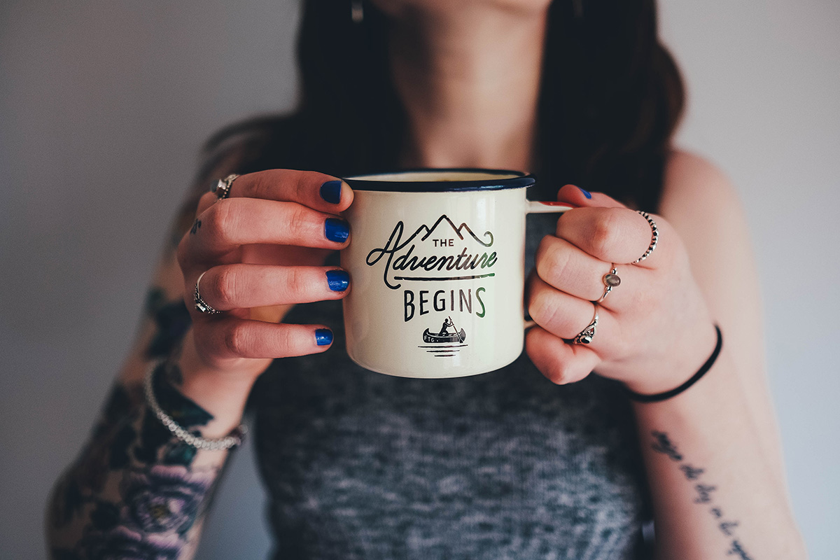 Frau mit Tasse in den Händen für Start in die Selbstständigkeit