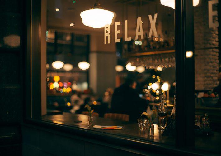 Gutes Zeitmanagement für Feierabend in der Bar nach der Arbeit
