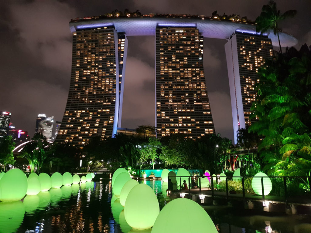 Blick auf beleuchtetes Marina Bay Sands Hotel