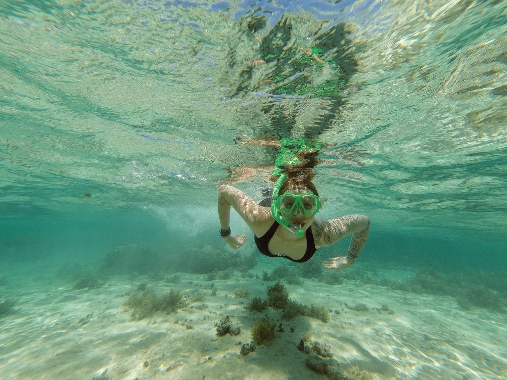 Tauchende Frau beim Schnorcheln in Fiji