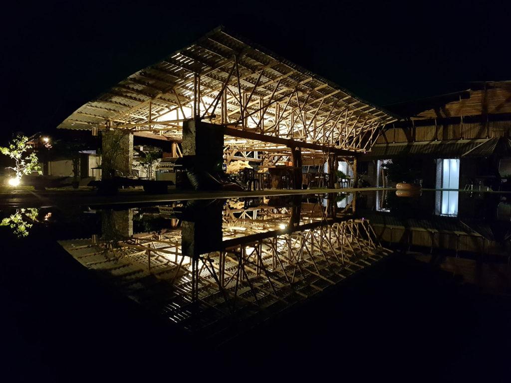 Cottage Spiegelung in Pool bei Nacht