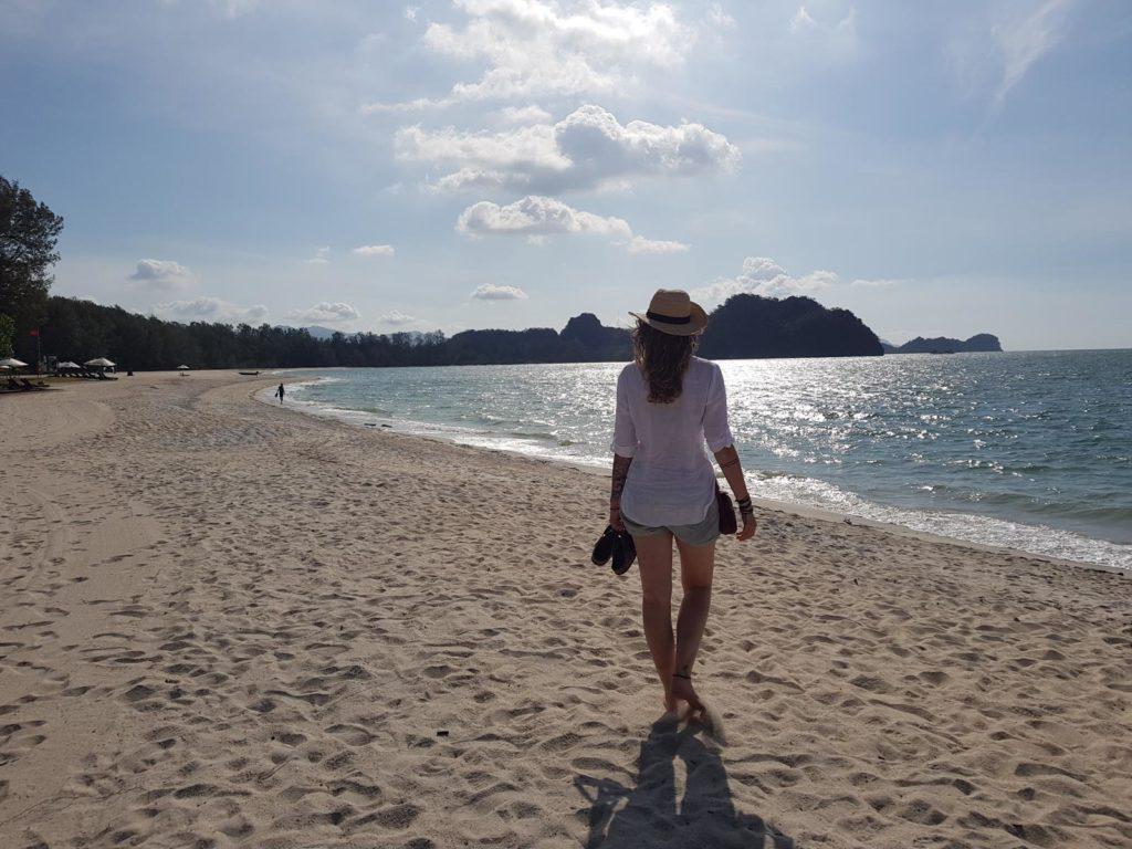 Frau an Strand in Langkawi