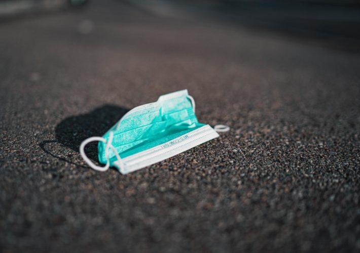 Blaue Coronavirus-Atemschutzmaske auf Boden