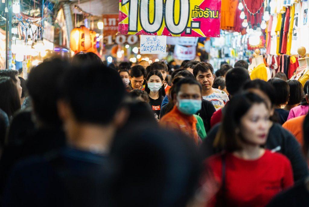 Menschenmenge in Südoastasien mit Mundschutz wegen Coronavirus