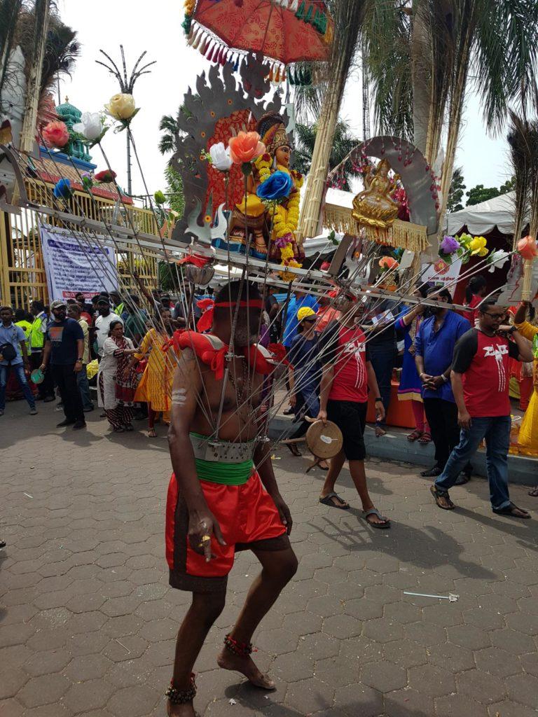Kavadi Träger bei Thaipusam mit Haken in Körper