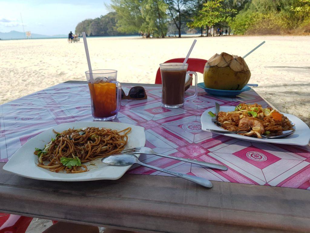 Mittagstisch mit Blick auf Strand