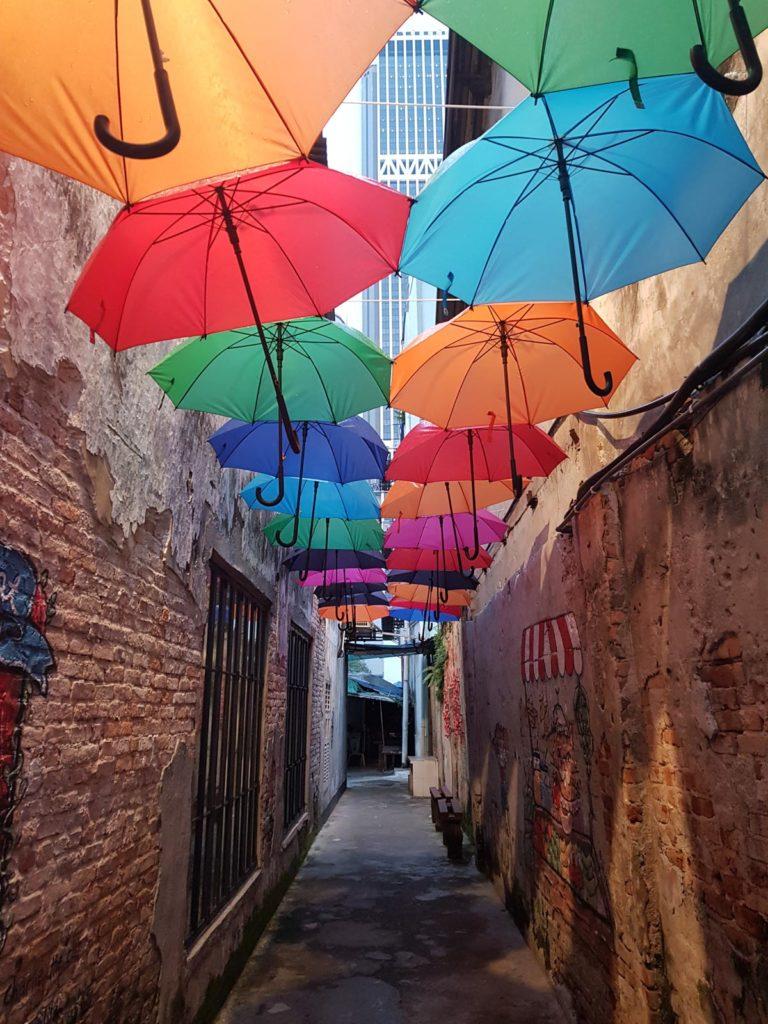 Bunte Regenschirme in Gasse