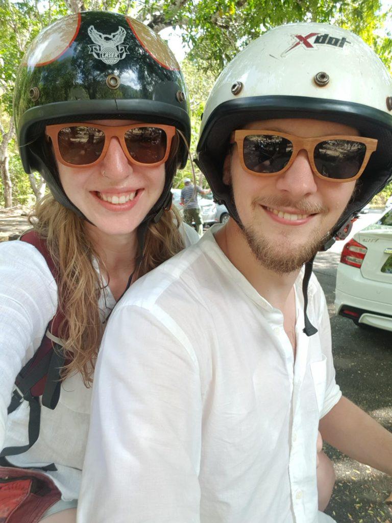 Mann und Frau mit Rollerhelmen und Sonnenbrille