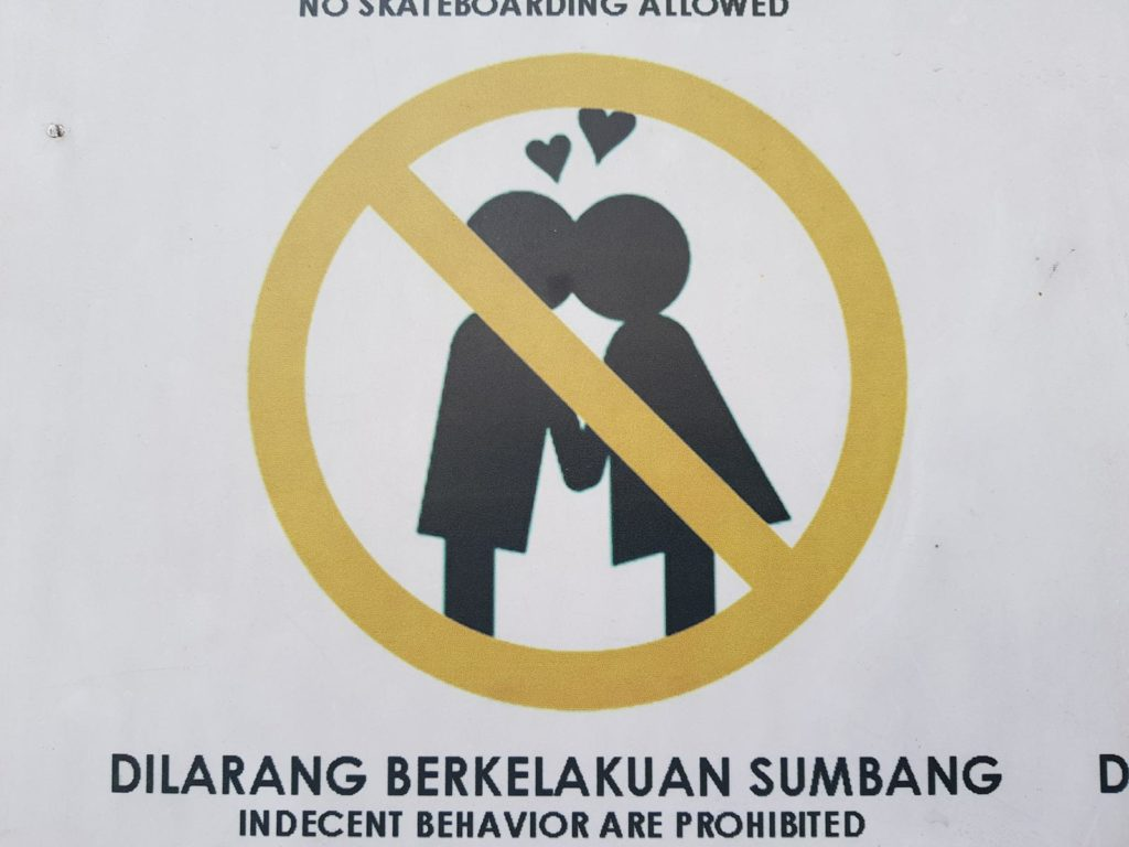Verbotsschild Küssen