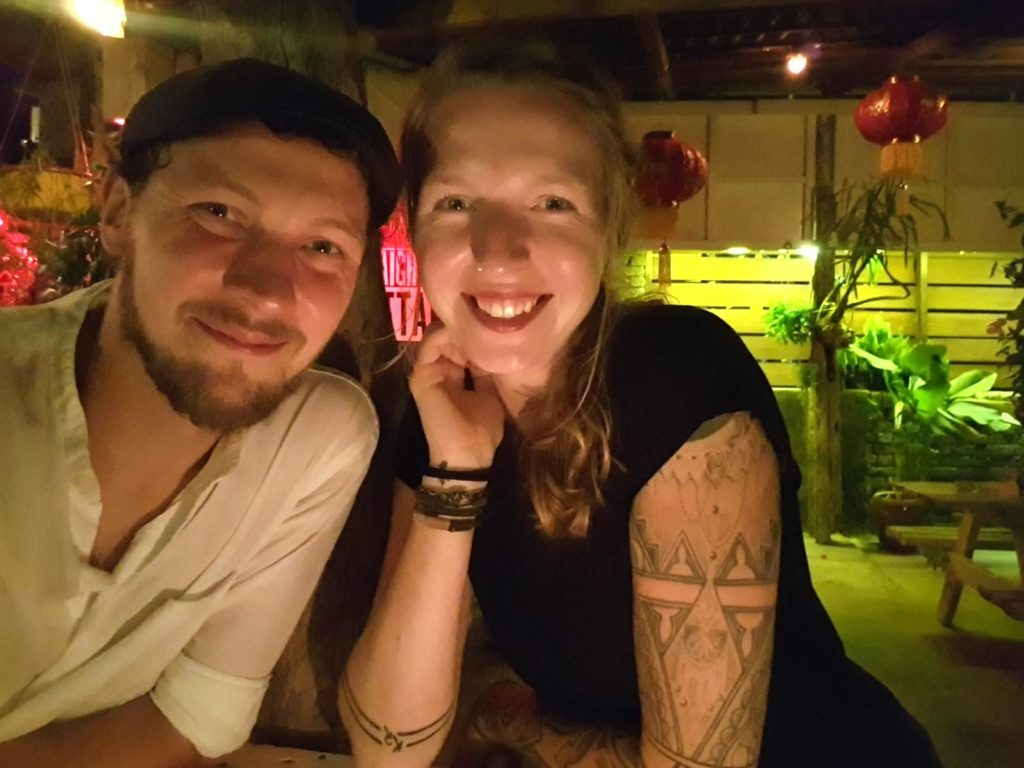 Mann und Frau abends in Bar