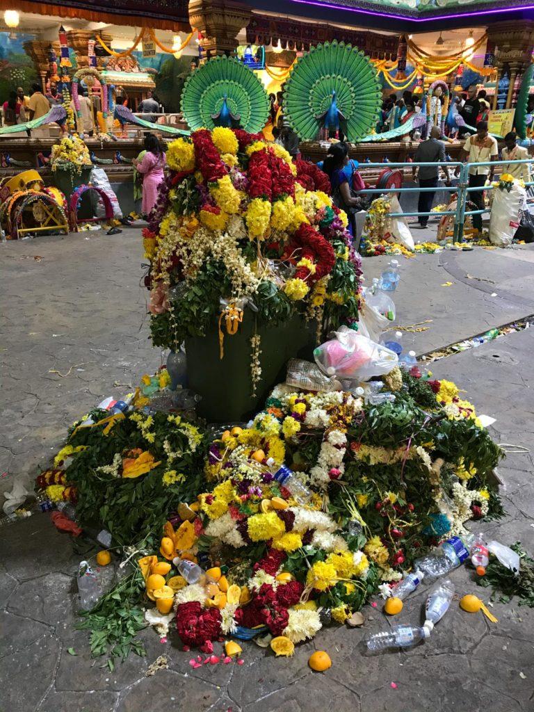 Mülltonne mit Blumengestecken Thaipusam