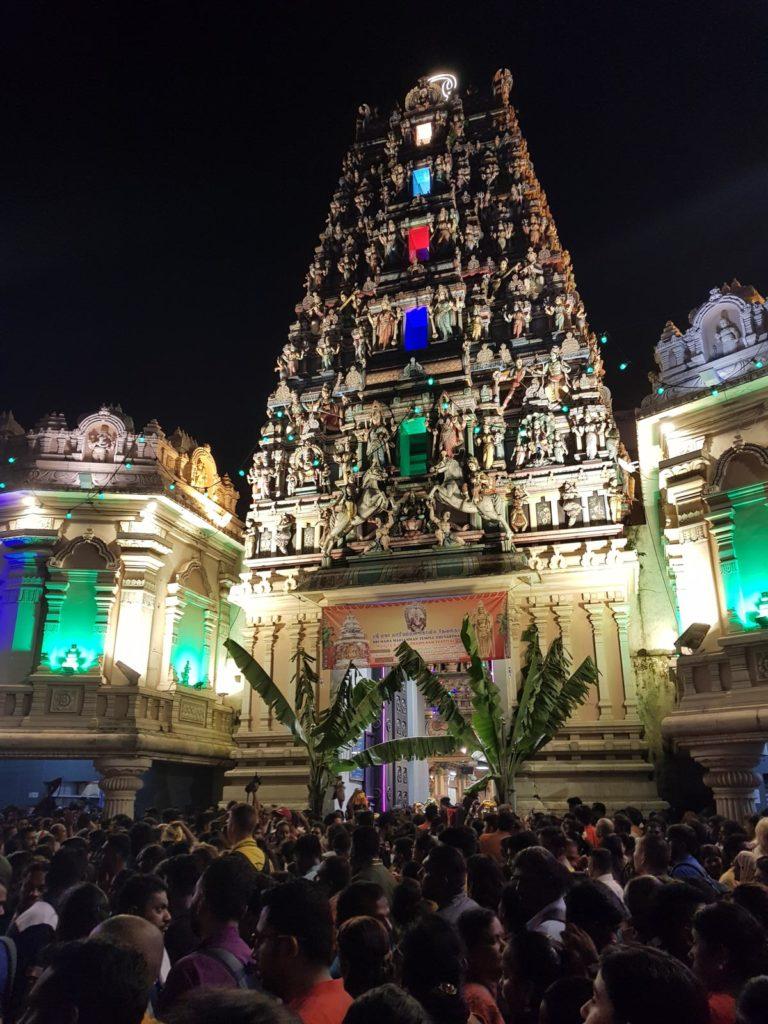 Versammlung vor Hindutempel bei Nacht