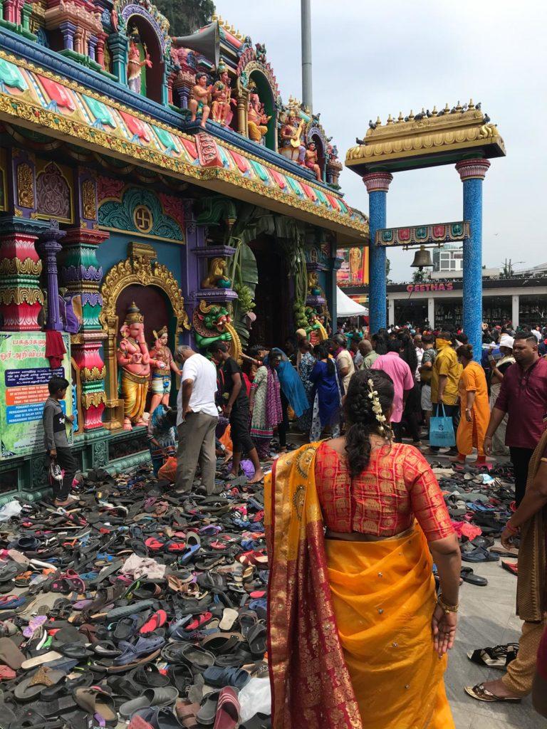 Schuhberge vor Tempel bei Thaipusam