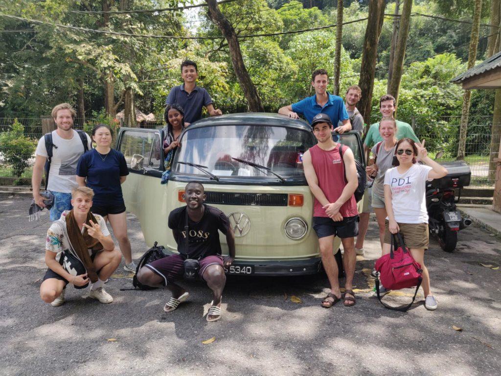 Gruppe von Menschen um VW Bus