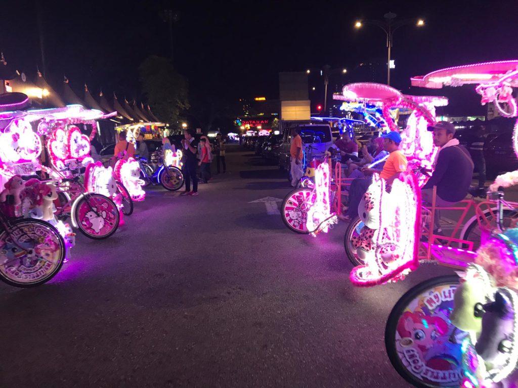 Leuchtende Tuktuks Malakka bei Nacht