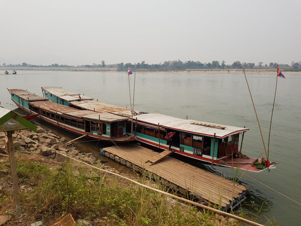 Slowboat auf Fluss Mekong in Laos