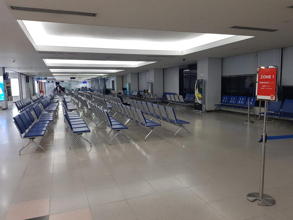 Leere Bänke am Gate in Flughafen