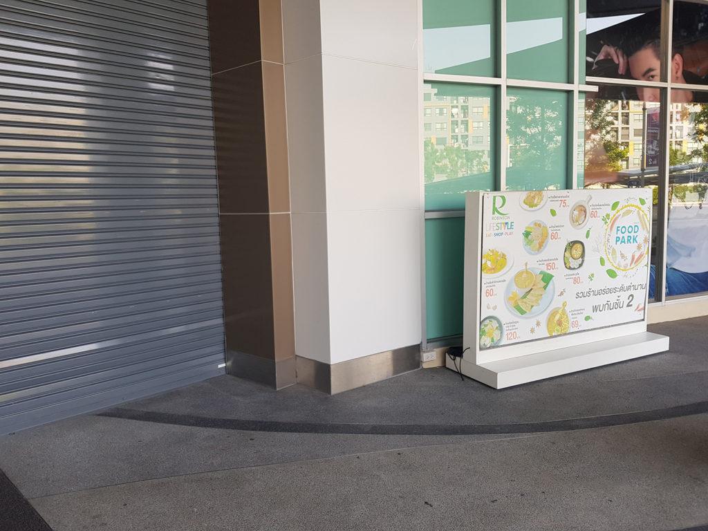 Geschlossenes Tor vor Restaurant wegen Coronavirus